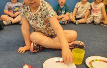 "Eksperyment Skittles tęcza na talerzu ,,Rybki"" :)"