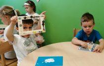 Jeżyki przygotowują prezenty z okazji Dnia Mamy i Taty