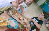 Warsztaty kulinarne – Robiliśmy dziś swoją własną pizzę! 🍕/ Culinary workshops – We were making our own pizza today! 🍕